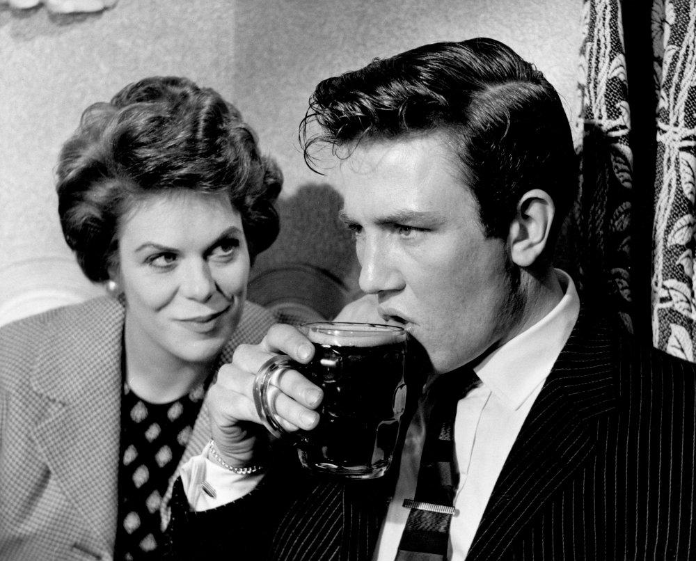 saturday-night-and-sunday-morning-1960-002-rachel-roberts-albert-finney-beer-00o-clr.jpg